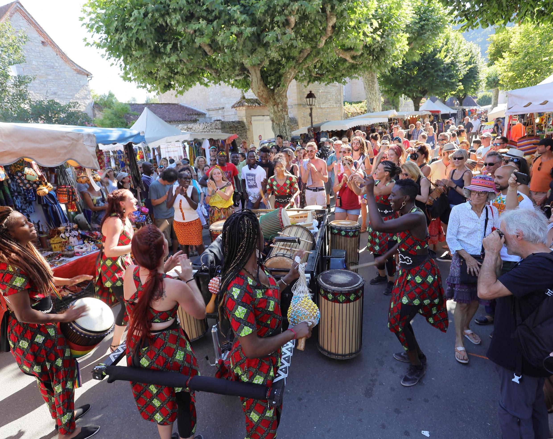 La troupe Doussou Yelen en déambule dans les rues de Cajarc.