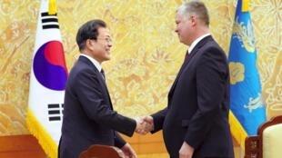 Tổng thống Hàn Quốc, Moon Jae In (T), đón tiếp đặc sứ Mỹ về Bắc Triều Tiên, Stephen Biegun, để bàn về việc nối lại đàm phán liên Triều.