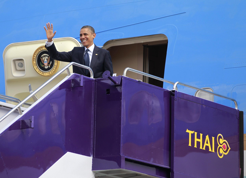 ورود باراک اوباما به فرودگاه بینالمللی بانکوک. ٢٨ آبان/ ١٨ نوامبر ٢٠١٢