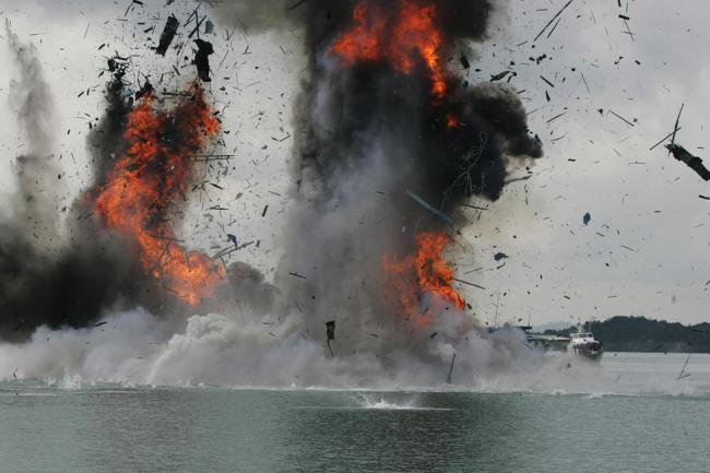 圖為印尼炸毀被指控非法入境捕魚外國漁船