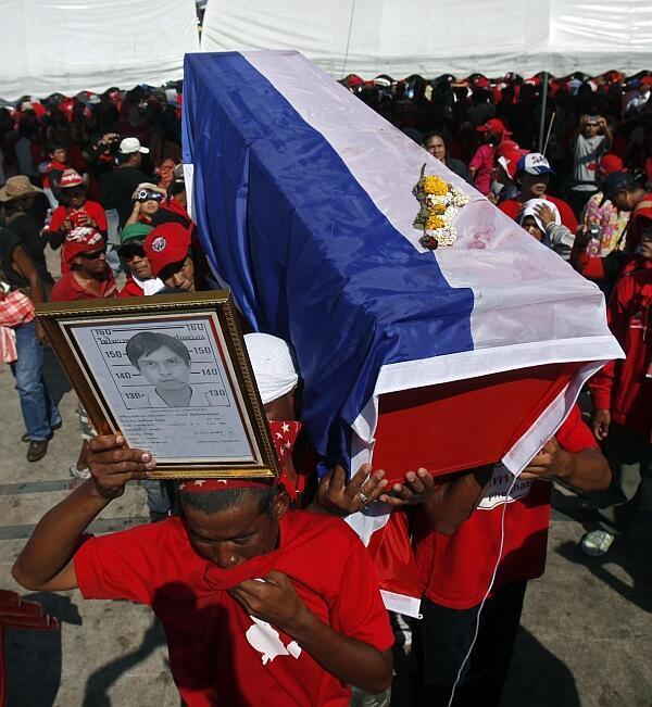 """""""Los camisas rojas"""" marcharon con ataúdes por las calles de Bangkok, el lunes 12 de abril."""