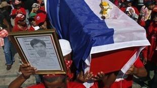 Manifestantes desfilam com caixões simbolizando os 21 mortos no final de semana.