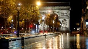 Đại lộ Champs-Elysees, Paris, Pháp vắng bóng người do lệnh giới nghiêm. Ảnh chụp ngày 27/10/2020.