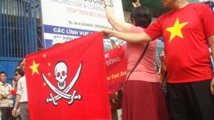 Biểu tình phản đối tham vọng của Trung Quốc ở Biển Đông, Hà Nội, 17/07/2011 (ảnh HTC đăng trên http://anhbasam.wordpress.com)