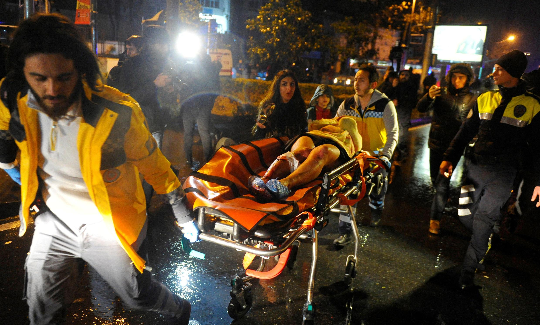 Una mujer herida es evacuada de la discoteca, el 31 de diciembre.