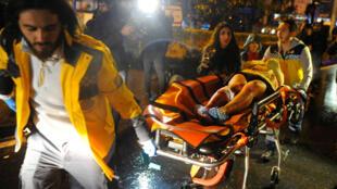 Une femme blessée est évacuée de la discothèque d'Istanbul où des tirs ont éclaté, en Turquie, la nuit du 31 décembre au 1 janvier.