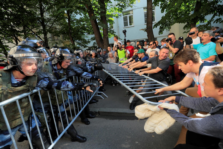 Сотни человек были задержаны в центре Москвы на митинге за честные выборы 27 июля.