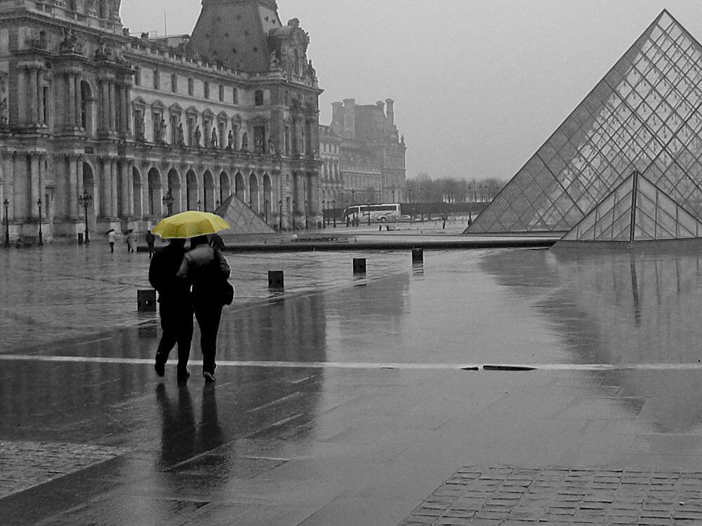 Turistas têm encontrado muita chuva em Paris.