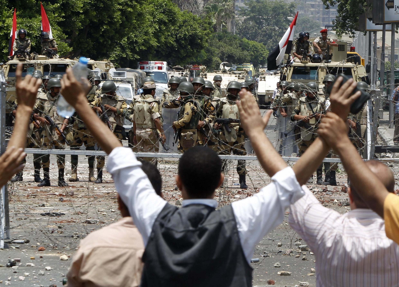 Người ủng hộ cựu tổng thống Mohamed Morsi biểu tình gần trụ sở của đội Vệ binh Cộng hòa, ngày 08 /07/2013