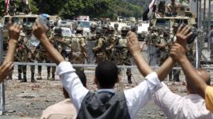 Lundi 8 juillet, des manifestants pro-Morsi font face à l'armée, à côté du siège de la Garde républicaine.