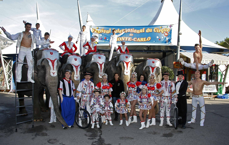 Принцесса Монако Стефани с участниками 38-го циркового фестиваля в Монте Карло16/01/2014