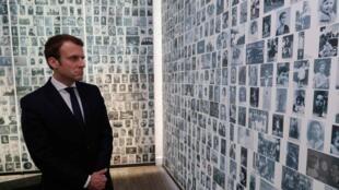 O presidente Emmanuel Macron observa imagens de judeus franceses deportados para os campos de concentração nazistas, em visita ao Memorial do Holocausto, em Paris.
