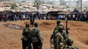 Face à face tendu entre la police et des habitants de Kibera, dans la banlieue de Nairobi, le 30décembre 2007.