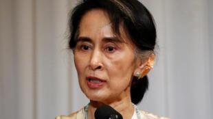 Aung San Suu Kyi es acusada de hacer oídos sordos.