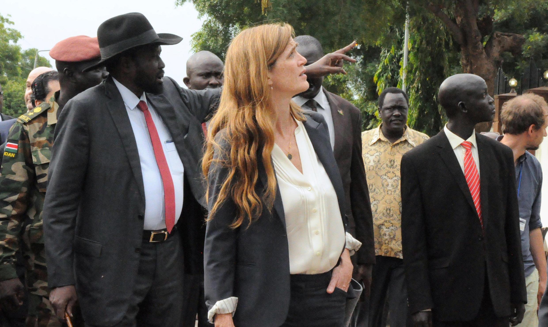Rais wa Sudan Kusini Salva Kiir (Kushoto), akiwa na Balozi wa Marekani katika Umoja wa Mataifa Samantha Power (Kulia) alipozuru Juba hivi karibuni