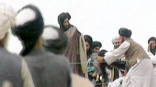 Mullah Omar, kiongozi mkuu wa Taliban, akizungukwa na askari wake, mwaka 1996.