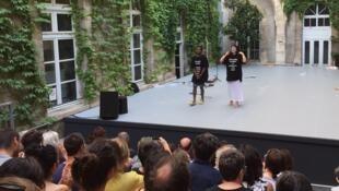 Julien Bissila et Adèll Nodé Langlois après la première de leur pièce  « Le rire pare-balle », présentée au Festival d'Avignon dans le cadre des « Sujets à Vif ».