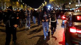 Manifestation non autorisée de policiers sur les Champs-Elysées à Paris, le 20 octobre 2016, dans la soirée.