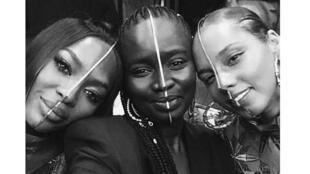 À gauche Naomi Campbell, à droite Alicia Keys  portent les «bijoux visage» de la créatrice Sarah Diouf au centre.