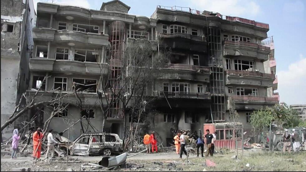ساختمانهای آسیبدیده در نتیجه حملۀ مهاجمان در روز یکشنبه ۶ اسد/ ٢٨ ژوئیه در کابل.