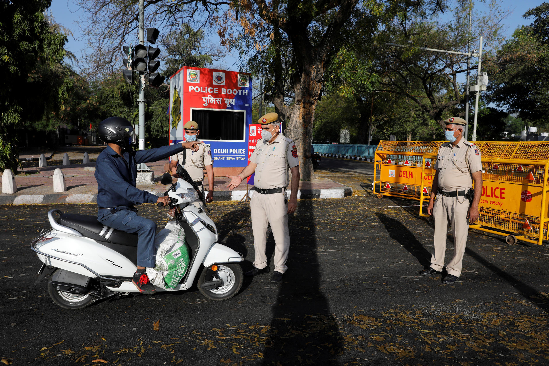Chốt kiểm tra lệnh phong tỏa tại New Delhi ngày 25/03/2020