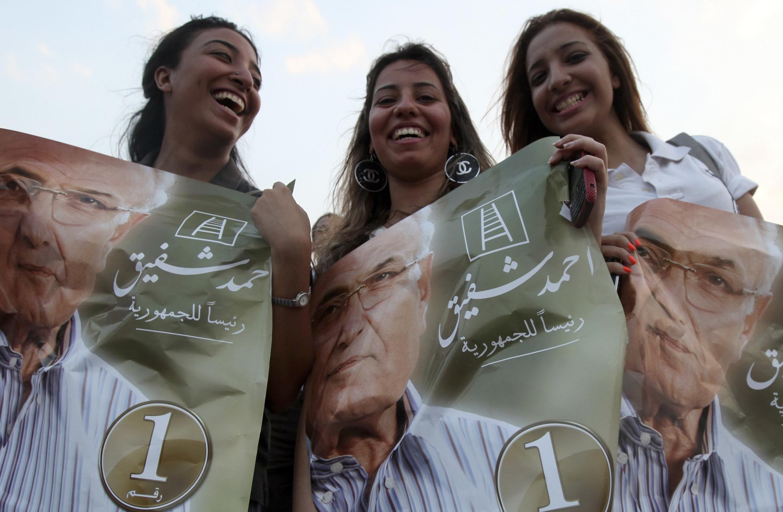 Egypte: trois supportrices d'A. Chafik, ancien adversaire de l'islamiste M. Morsi à la présidentielle.