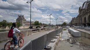À Paris, pour refaire les trottoirs, par endroits on a dû remplacer le granit par du béton provisoire, car tout devra être recassé dans les prochains mois quand les dalles traditionnelles auront enfin été livrées.
