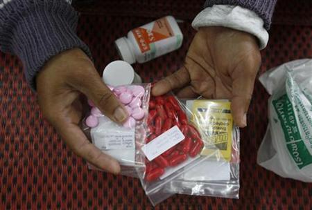 Wani mai cutar HIV dauke da maganin shi