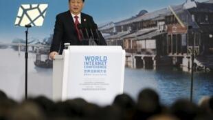 中国主席习近平在乌镇举行的全球第二届网络大会开幕式上,2015年12月16日。