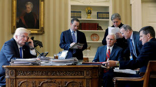 Donald Trump et son vice-président, Mike Pence, entourés des stratèges Reince Priebus, Steve Bannon, Sean Spicer et le démissionnaire Michael Flynn, le 28 janvier 2017 dans le Bureau ovale à Washington.