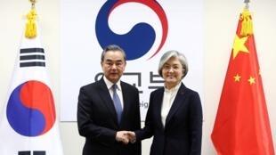 中国外长王毅与韩国外长康京和2019年12月4日首尔