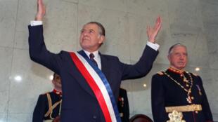 Patricio Aylwin junto a Augusto Pinochet, durante la ceremonia de transmisión de mando, el 11 de marzo de 1990.