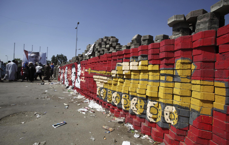Стена лагеря сторонников Морси, район Наср Сити, Каир