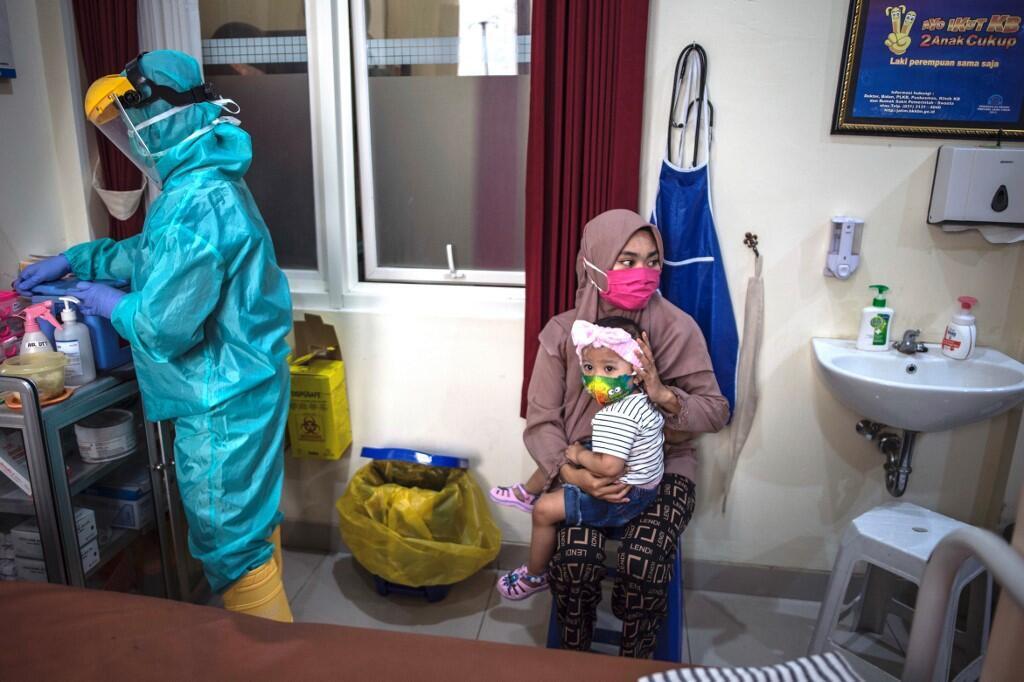 Uma mãe e sua filha em um centro de saúde de Surabaya, em 30 de junho de 2020.