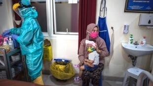 Une mère et son enfant dans un centre de santé de Surabaya, le 30 juin 2020.