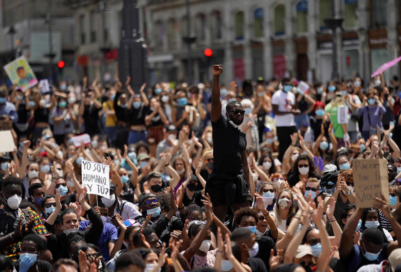 Около 3 тысяч человек вышли на акцию протеста перед посольством США в Мадриде.