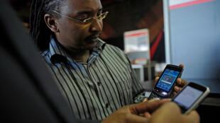 Un jeune entrepreneur présente  ses applications pour  smarthphones au Salon  de la technologie organisée à  Nairobi au Kenya où il espère trouver des financements  pour les développer.