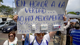 Des manifestants dénoncent les ruptures de stocks de médicaments à Caracas, au Venezuela, le 13 avril 2016.
