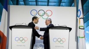 法国总统马克龙(Emmanuel Macron)和国际奥委会主席巴赫 (Thomas Bach)握手 (2017年7月10日)