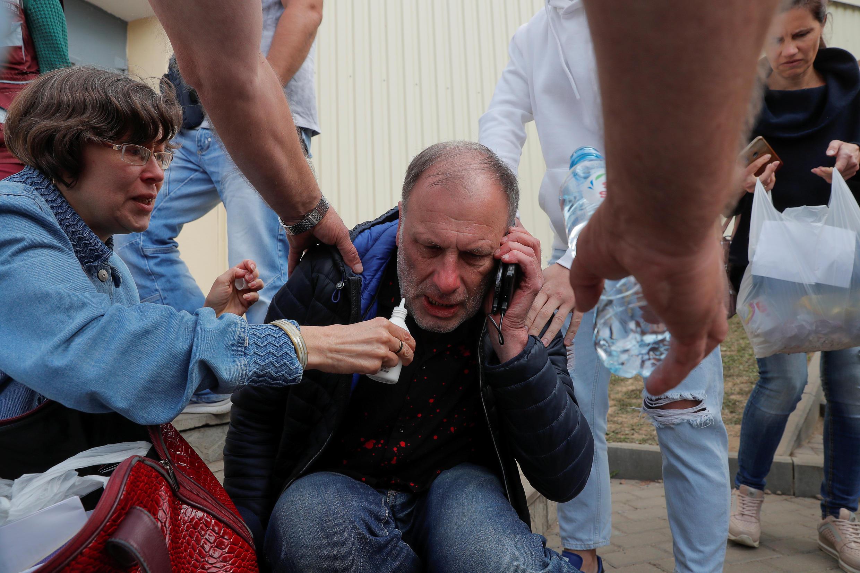 Возле СИЗО на улице Окрестина в Минске собрались 12 августа родственники задержанных. Они пытаются разыскать своих близких, пропавших после митингов.