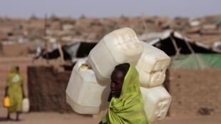 Une femme soudanaise déplacée dans le camp d'el-Facher au nord du Darfour, en mars 2009.