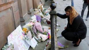 Britânica deposita flores para as vítimas do ataque do Manchester Arena, no centro da cidade, nesta terça-feira, 23 de abril de 2017.
