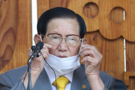 Seoul city authorities have filed a murder complaint against Shincheonji leader Lee Man-hee for failing to cooperate in containing the epidemic
