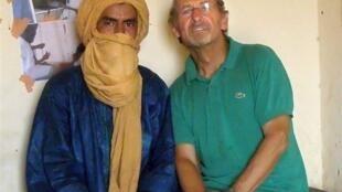 Photo non datée et non localisée (a priori au Mali) de Pierre Camatte (droite).
