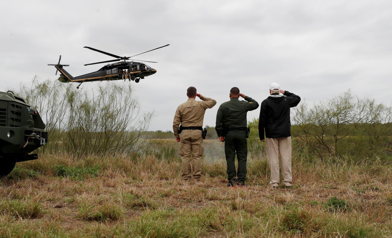 Дональд Трамп с двумя работниками порганичной службы на берегу Рио-Гранде, на границе с Мексикой, Техас, 10 января 2019.
