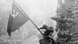 'Alzando una bandera sobre el Reichstag' es una histórica fotografía tomada el 2 de mayo de 1945 por el fotógrafo Yevgueni Jaldéi en Berlín, Alemania.