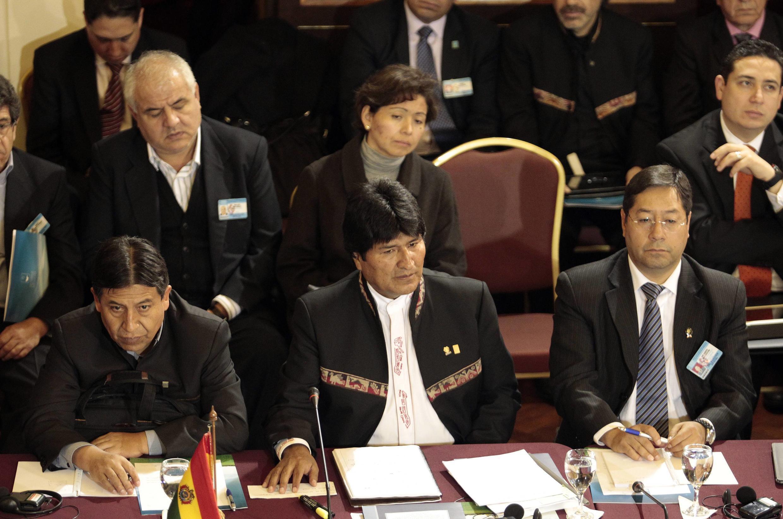 El presidente boliviano, Evo Morales (centro), durante la cumbre en Montevideo, en compañía del canciller y el ministro de economía de Bolivia.