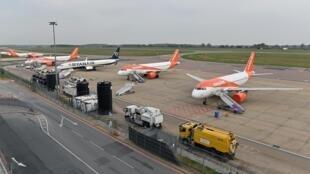 Aviones de Ryanair e Easyjet en el aeropuerto de Londres Luton, Reino Unido, el 16 de abril de 2020