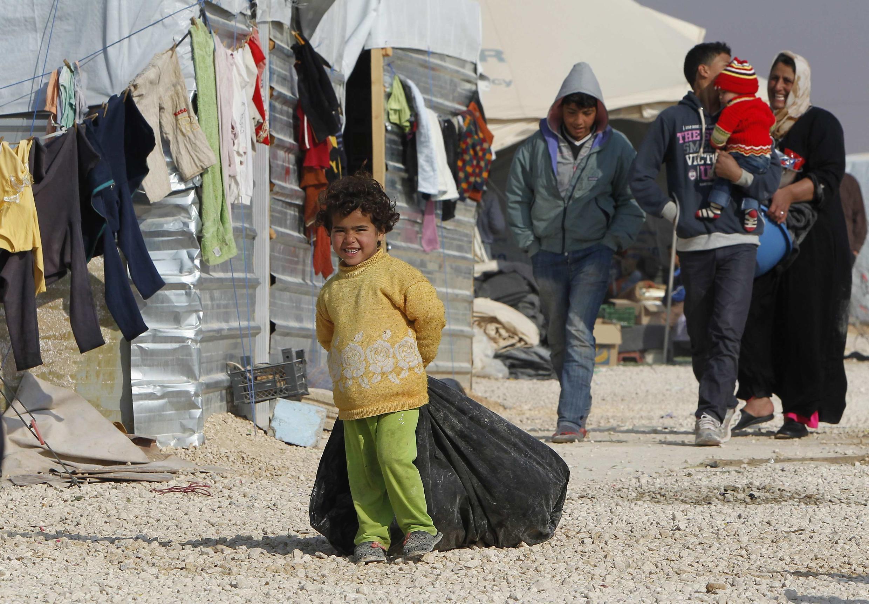 Criança caminha em campo de refugiados sírios em Mafraq, na fronteira com a Jordânia.