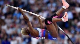 La cubana Yarisley Silva saltando en la final de garrocha donde compartiria el bronce con la venezolana Robeilys Peinado.